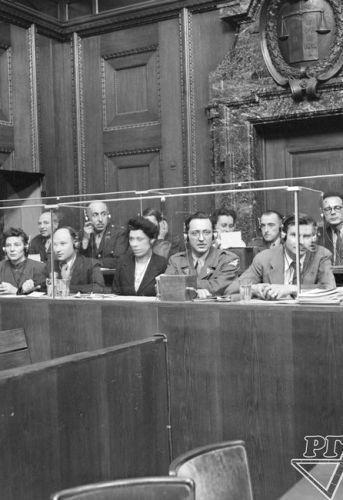 Interprètes lors d'une audience au tribunal militaire international. Archives d'État russes des documents cinématographiques et photographiques, numéro d'archive В-3015.
