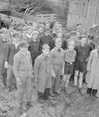 Захваченные в плен британскими войсками юные бойцы гитлерюгенда в районе города Букстехуде. 1944 год.