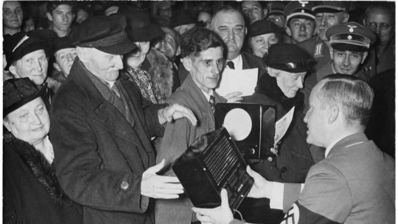 Berlin's poor get free radios on Goebbels' birthday, October 1938. // Bundesarchiv, Bild 183-H14243 / Nau / CC-BY-SA 3.0
