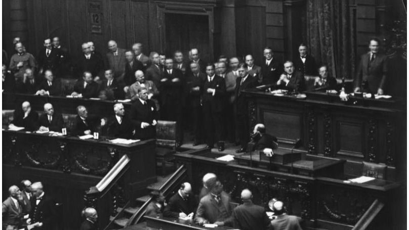 Reichstag on 12 September 1932 – Papen (stands, left) demands the floor, ignored by Speaker Göring (right)