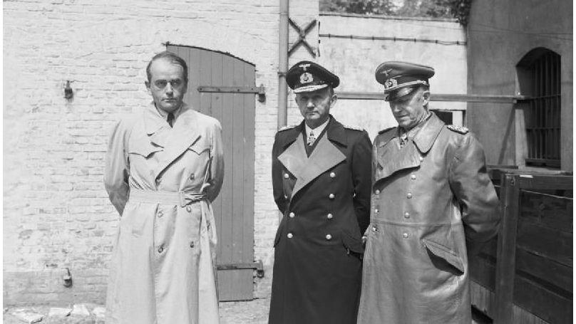 Albert Speer (à gauche), Karl Dönitz et Alfred Jodl (à droite) après leur arrestation par l'armée britannique à Flensbourg (dans le nord de l'Allemagne) en mai 1945