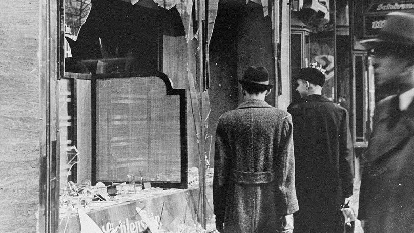 Vitres brisées lors de la nuit de Cristal et pogroms sur l'ensemble du territoire allemand en novembre 1938 / © Domaine public