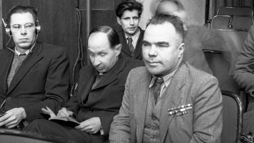 Les caricaturistes du groupe Koukryniksy Mikhaïl Kouprianov et Porfiri Krylov et l'écrivain Vsevolod Vichnevski lors d'une séance du procès de Nuremberg