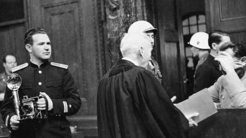 Le photojournaliste Evgueni Khaldeï, (à gauche) dans la salle du procès de Nuremberg