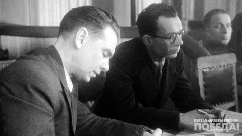 L'écrivain Leonid Leonov (à gauche) lors de la réunion du procès de Kharkov des criminels de guerre allemands, décembre 1943 // A. Kapoustianski, RGAKFD. // Projet Образывойны.рф