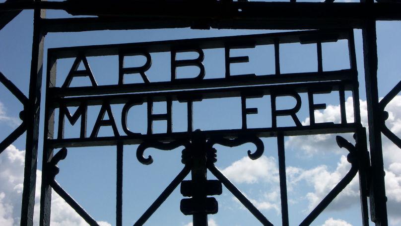 L'inscription sur l'entrée principale du camp de concentration de Dachau «Arbeit Macht Frei» («Le travail rend libre»)