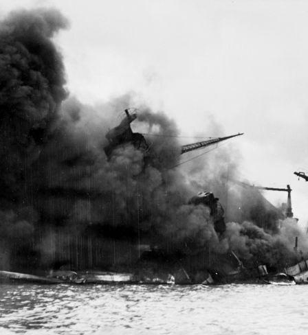 Le cuirassé USS Arizona de la Marine américaine en feu après une explosion provoquée par une bombe japonaise lors de l'attaque de Pearl Harbor