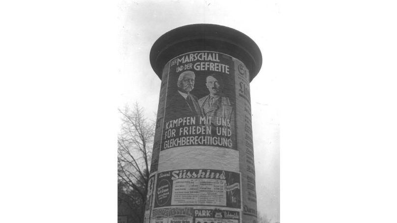 Affiche électorale du NSDAP collée sur une colonne à Berlin // Bundesarchiv, Bild 102-15183 / CC-BY-SA 3.0