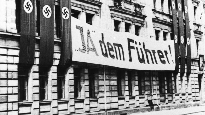 Bannière de propagande «Oui au Führer!» sur un bâtiment scolaire de la ville bavaroise de Fürth. Le référendum organisé au cours de l'été 1934 a abouti à la fusion des fonctions de chancelier et de Président. Adolf Hitler devient Führer du Reich allemand
