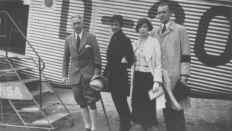 Franz von Papen peu après sa nomination au poste d'ambassadeur d'Allemagne à Vienne en juillet 1934. Sur la photo: Franz von Papen et sa femme Martha ainsi que Fritz Günther von Tschirschky, chef de Cabinet de von Papen, avec sa femme // Federal Archive Lichterfelde