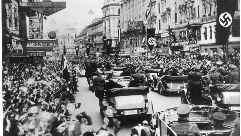 Arrivée d'Adolf Hitler à Vienne acclamé par la foule après l'Anschluss, le 15 mars 1938 // Bundesarchiv, Bild 146-1985-083-10 / CC-BY-SA 3.0