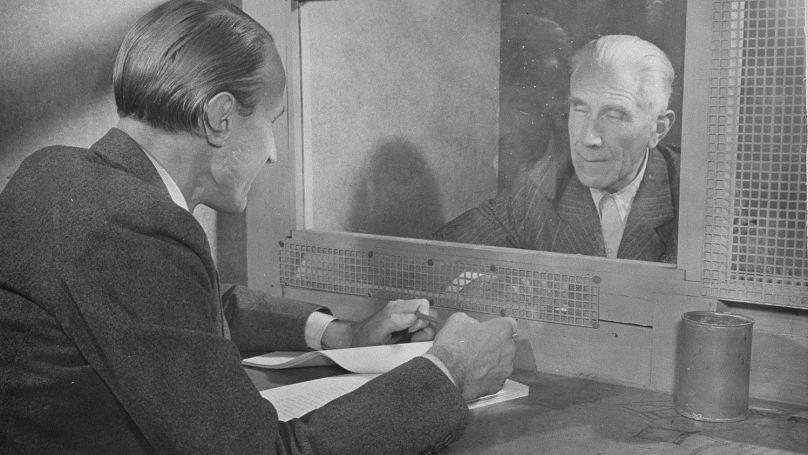 L'accusé Franz von Papen parle à son fils dans la prison de Nuremberg. Novembre 1945-octobre 1946 // Photo: United States Holocaust Memorial Museum