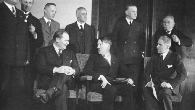 Arrivés au pouvoir en janvier 1933, les nazis allemands forment le premier cabinet sous la direction d'Adolf Hitler. Sur la photo (assis): Hermann Göring, Adolf Hitler et Franz von Papen // Bundesarchiv, Bild 183-H28422 / CC-BY-SA 3.0