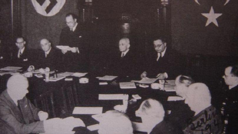 L'ambassadeur allemand Franz von Papen et le ministre turc des Affaires étrangères Sükrü Saracoglu signent le pacte d'amitié turco-allemand à Ankara, le 18 juin 1941.