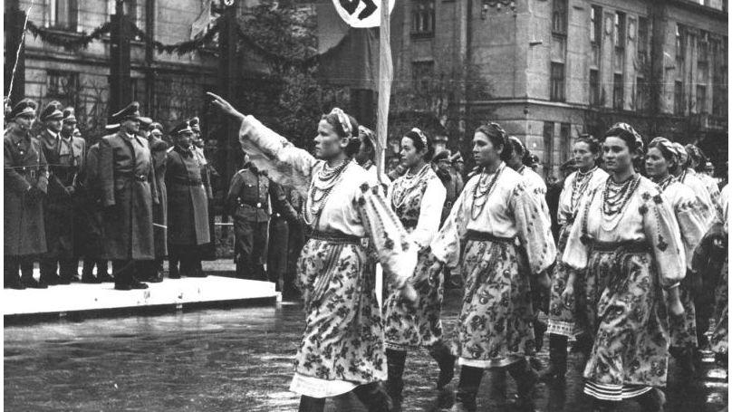 Défilé à Stanislav (aujourd'hui Ivano-Frankovsk) en l'honneur de la visite du Reichsleiter Hans Frank, gouverneur général de Pologne