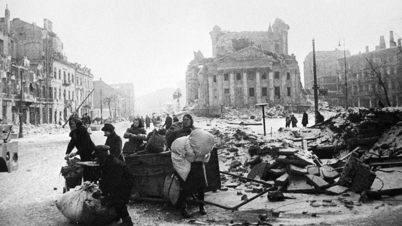 Des habitants de Varsovie dans des rues dévastées après la fin de l'occupation nazie, janvier 1945.