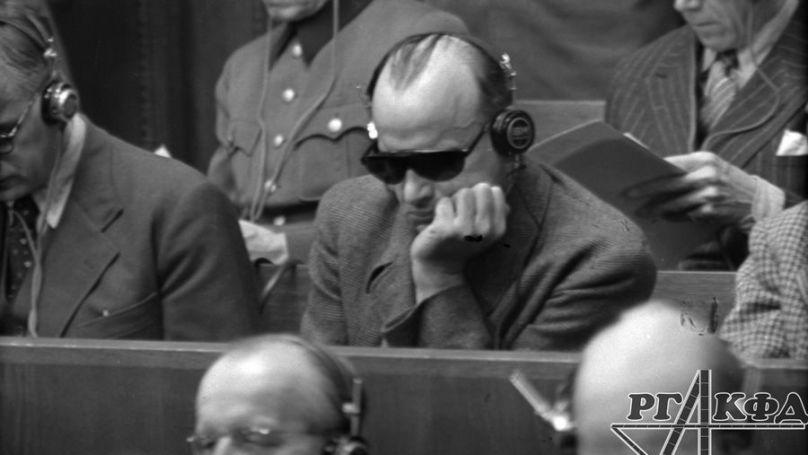 Les accusés Hans Frank et Alfred Jodl lors du procès de Nuremberg, le 28 décembre 1945 // Archives de l'État russe des documents cinématographiques et photographique, Arch. № А-6085, А-9244