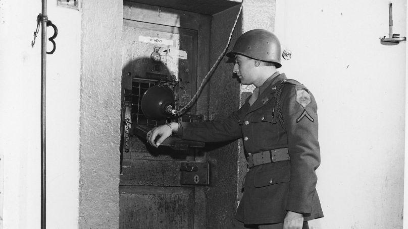 Un soldat américain devant la cellule d'un des accusés du procès de Nuremberg