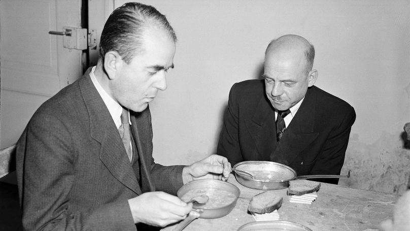 Albert Speer, ministre de l'Armement et de la Production de guerre du Reich et Fritz Sauckel, qui avait organisé les déportations de travailleurs des pays occupés vers l'Allemagne, déjeunent dans la prison du palais de justice de Nuremberg, le 29 novembre 1945