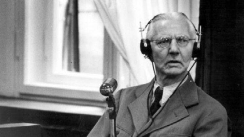 En automne 1945, Hjalmar Schacht a comparu devant le tribunal. Les organisateurs sont partis du principe que bien que dans les dernières années il ait critiqué le nazisme, dans les années 1930, sans Schacht, il n'y aurait pas eu d'Hitler