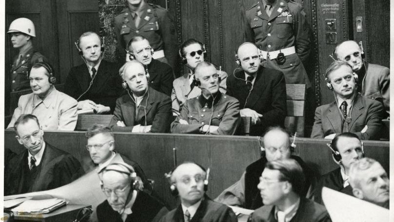 Sous les yeux des psychiatres, la bande unie s'est désintégrée en deux dizaines de solitaires qui se détestaient // Sur la photo: les accusés lors du procès de Nuremberg