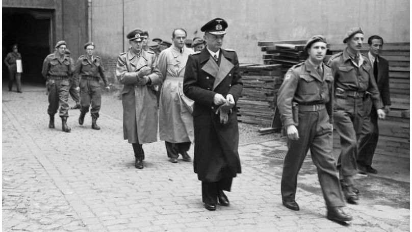Trois membres du gouvernement de Flensbourg, Alfred Jodl, Albert Speer et Karl Dönitz, après leur arrestation par les Alliés