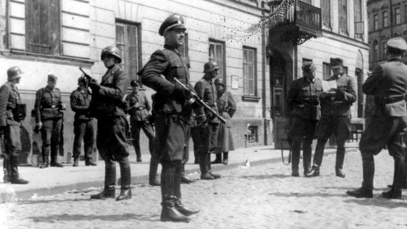 Soldats SS dans une rue de Varsovie, 1943 // USHMM