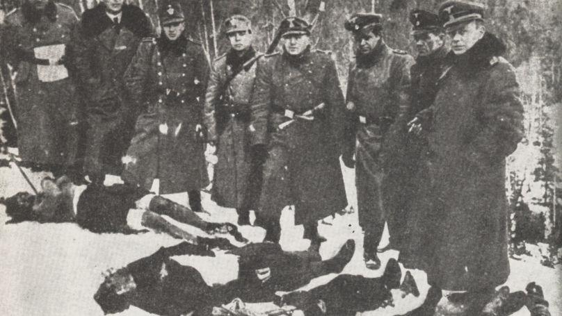 Des soldats SS posent sur fond de civils tués, Pologne, 1943