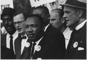 Martin Luther King lors d'une marche pour les droits civiques, 1963