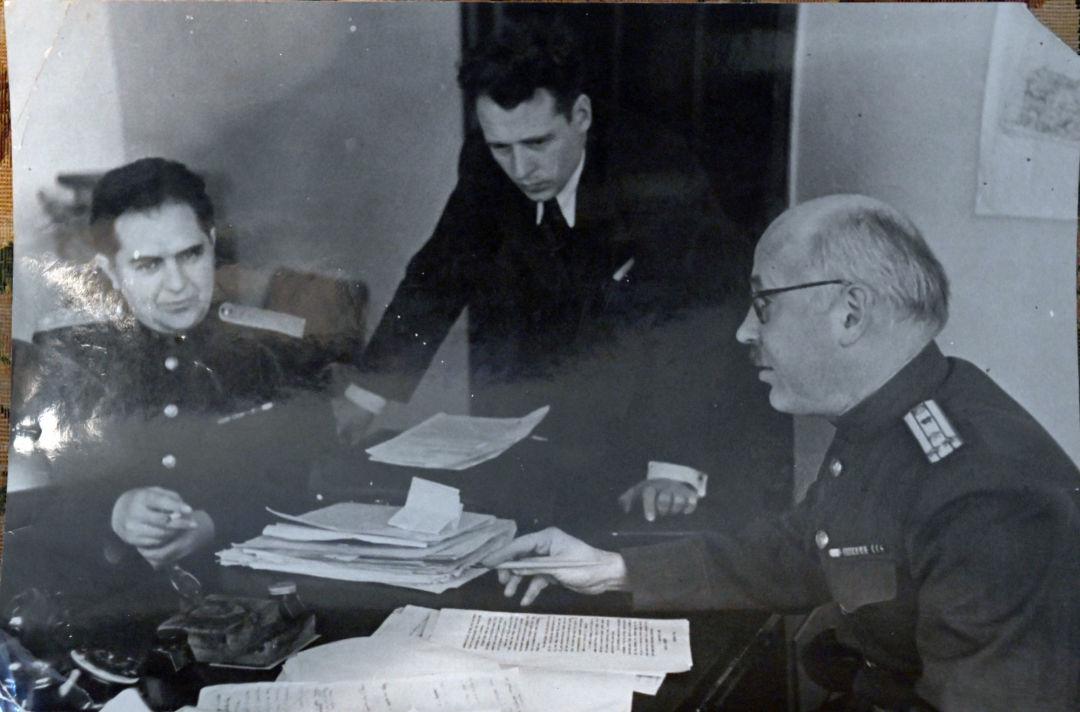 L'adjoint du procureur Jan Ozol (à gauche) et celui du procureur en chef Youri Pokrovski (à droite). Archives de la famille Reznitchenko. Jusqu'à présent, on en sait beaucoup moins sur le travail de l'équipe des procureurs soviétiques que sur celui de leurs homologues occidentaux...