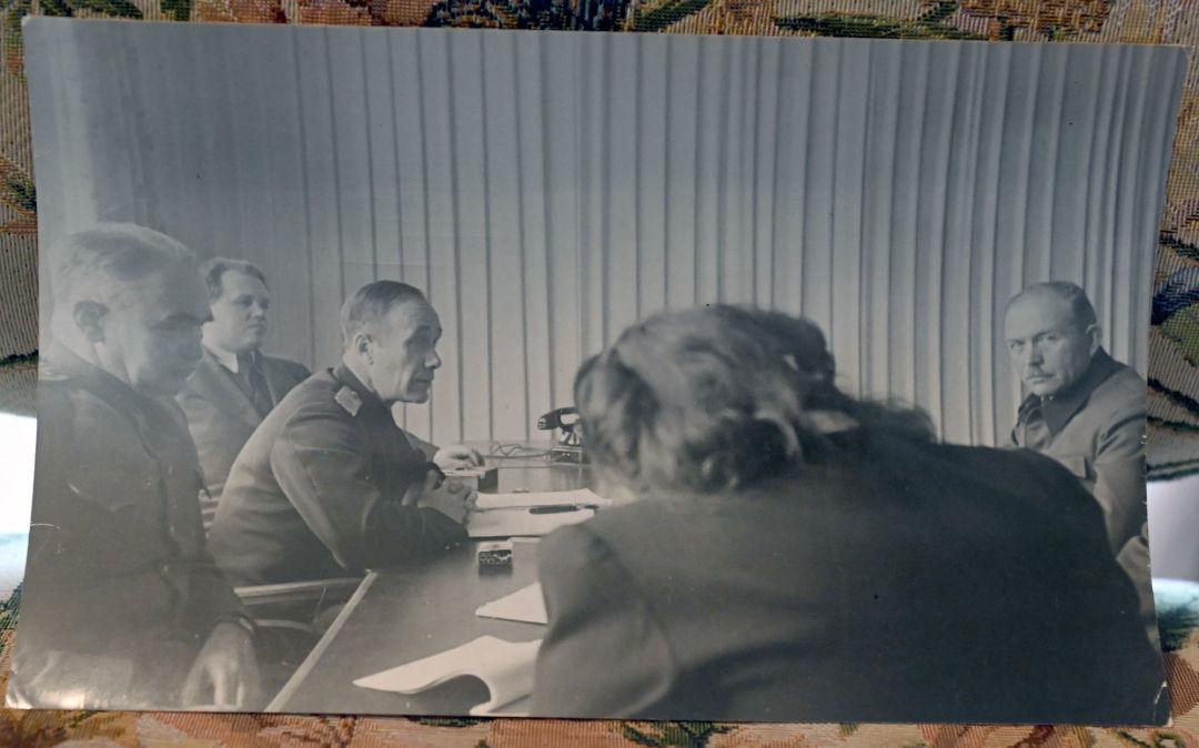 L'adjoint du procureur soviétique Gueorgui Alexandrov interroge un témoin, Heinz Wilhelm Guderian, colonel général de la Wehrmacht. Archives de la famille Reznitchenko. ... Mais ce sont les preuves recueillies par la partie soviétique qui se sont avérées être les plus précises et les plus éloquentes.