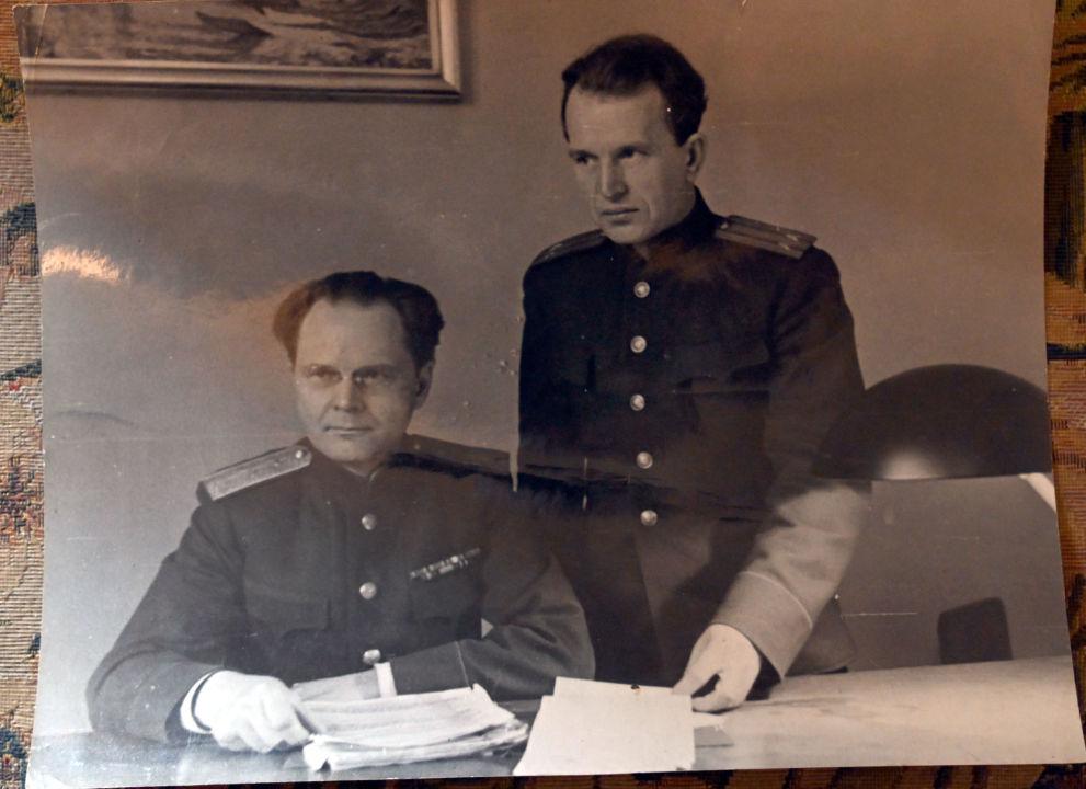 Le général de division de la justice Iona Nikitchenko, juge soviétique du tribunal de Nuremberg, et son adjoint, lieutenant-colonel Alexandre Voltchkov. Archives de la famille Reznitchenko.