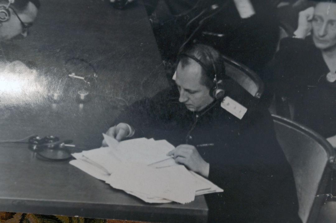 Le procureur en chef soviétique Roman Roudenko examine les documents judiciaires lors d'une session du tribunal international. Archives de la famille Reznitchenko.