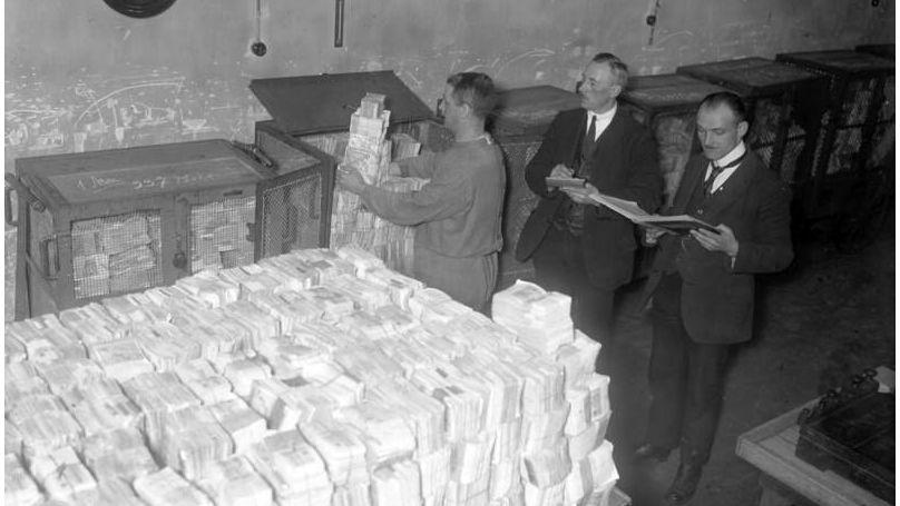 Unloading of banknotes scheduled for disposal, Reichsbank, 1931 // Bundesarchiv, Bild 102-11823