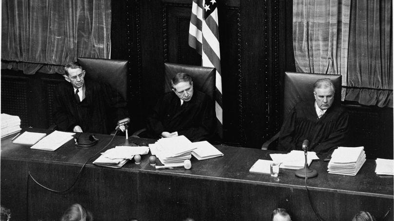 Les juges du neuvième tribunal militaire de Nuremberg (de gauche à droite): John J.Speight, Michael A.Musmanno, juge président, et Richard D.Dixon / US Army, USHMM