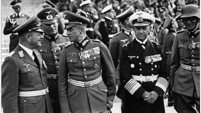 Le général de la Luftwaffe Milch, le général d'artillerie Wilhelm Keitel, le colonel général Walther von Brauchitsch, l'amiral Erich Raeder et général de cavalerie, commandant du 13e corps d'armée (Nuremberg) Freiherr Maximilian von Weichs lors d'un rassemblement, le 12 septembre 1938.
