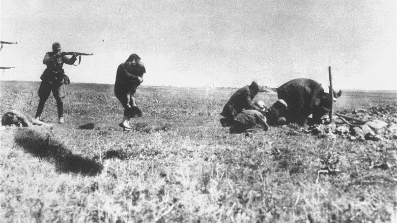 Exécution de Juifs par des membres d'un Einsatzgruppe, Ukraine, 1942