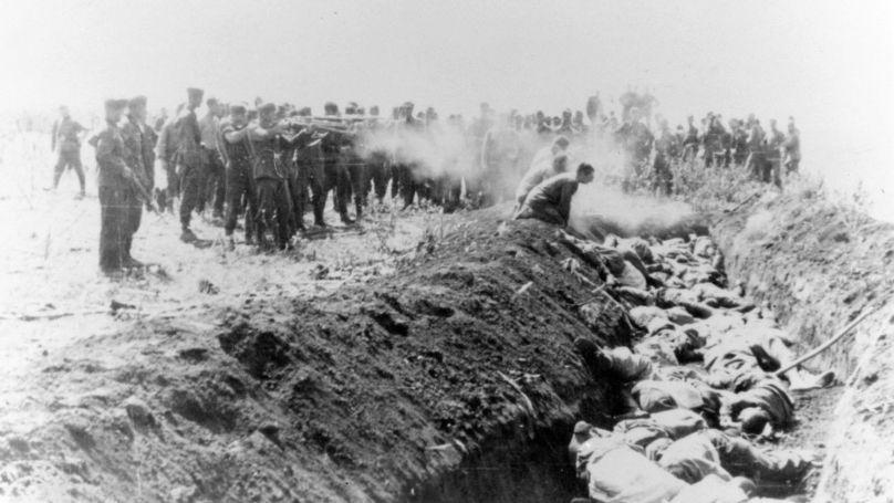Exécution de masse de civils par des membres d'un Einsatzgruppe sur le territoire de l'URSS