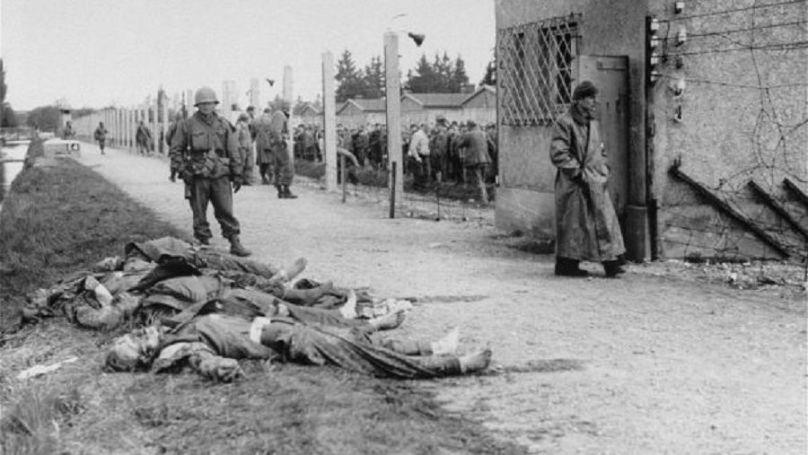 Gardes SS tués par des soldats américains lors de la libération du camp de concentration de Dachau