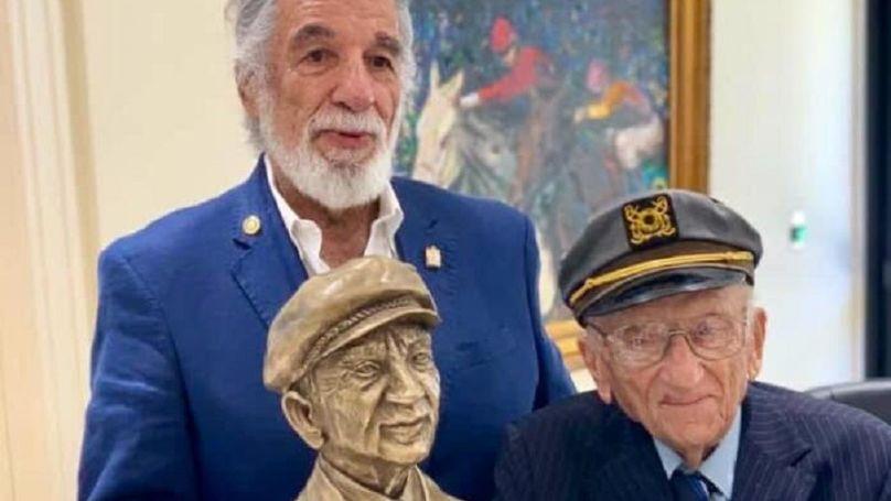 Le sculpteur Yaacov Heller a fait un buste de Ferencz en souvenir d'une vie longue, difficile, et d'une grande dignité, consacrée à la lutte contre le génocide