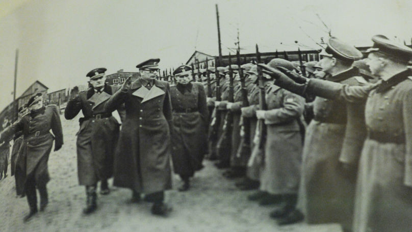 Le général Andreï Vlassov avec des officiers allemands lors d'un défilé des unités de l'Armée de libération russe. Photo des archives du FSB de Russie