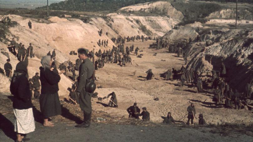 1941. Des détenus sous surveillance des SS creusent une fosse sur le territoire de Babi Yar  // Johannes Hähle