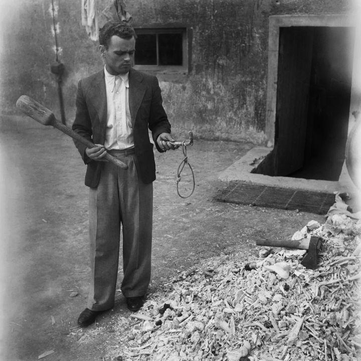 L'enquêteur montre les instruments de torture utilisés sur les détenus du camp de concentration de Buchenwald. AFP / Eric Schwab
