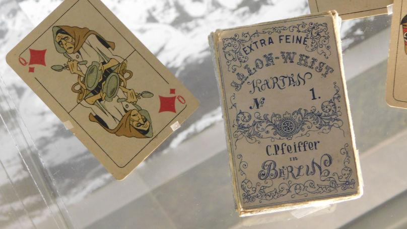 Au cours du terrible hiver 1941-1942 dans Leningrad assiégée, l'artiste Vlasov commence à travailler sur un jeu de cartes très spécial