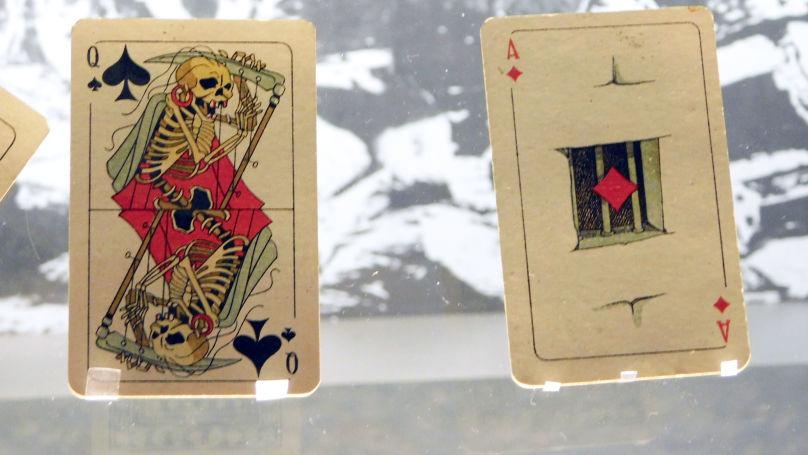 Le jeu de cartes contenait également des images allégoriques symbolisant tout ce que le fascisme apporte au monde: la faim, la violence et la mort