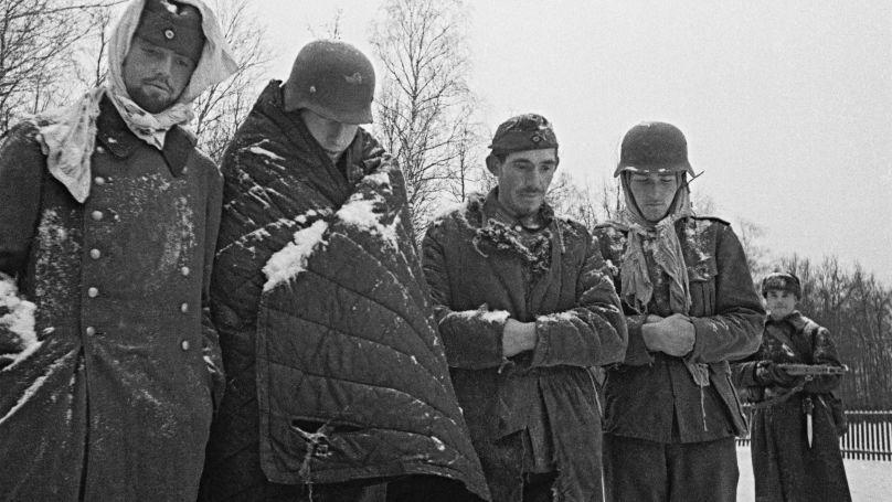 En tant que membre du comité de rédaction du journal du front du Nord-Ouest Ami du soldat, publié à l'intention des prisonniers de guerre allemands, Kharkevitch a passé beaucoup de temps avec eux et a étudié les mots, les blagues et l'argot utilisés. Sur la photo: Allemands capturés près de Moscou