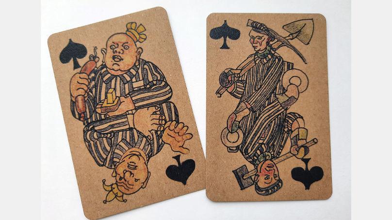 Les personnages des cartes de Kobé incluent à la fois des prisonniers impuissants et des kapos despotiques