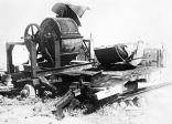 Le broyeur d'os est une machine pour broyer les os des cadavres brûlés. Région de Lvov, 1944. Archives d'État russes des documents cinématographiques et photographiques.