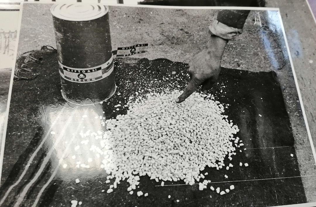 Boîte et granulés du pesticide Zyklon B, utilisé pour massacrer des personnes dans des chambres à gaz dans plusieurs camps de concentration.
