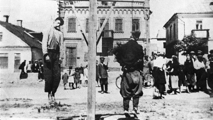 Deux partisans pendus à Slonim (Biélorussie) // Archives d'État biélorusses des documents cinématographiques et photographiques, 0-030486.